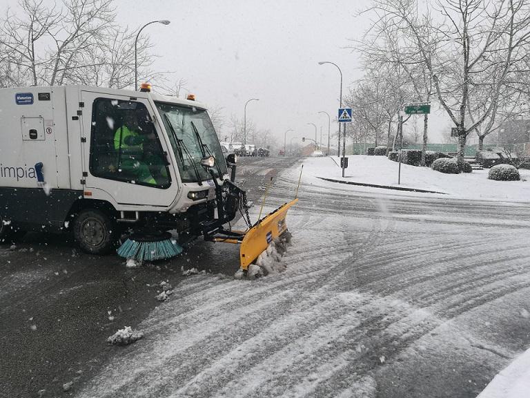Coslada: El Ayuntamiento mantiene operativo el Plan Municipal de Inclemencias Invernales para hacer frente a la nevada.