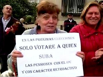 Miles de jubilados/as toman las calles en protesta por la subida del 0,25%.. Los pensionistas han llegado a las puertas del Congreso  con gritos de «ladrones» .