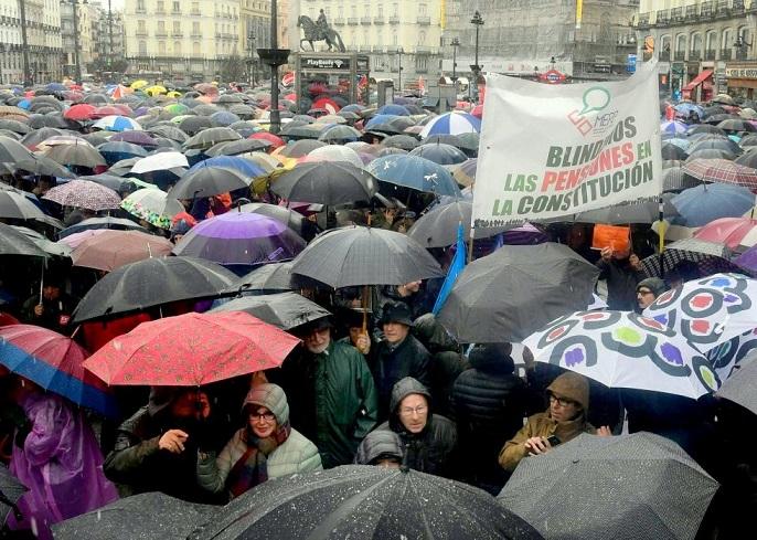 A pesar de la Lluvia, miles y miles de pensionistas, acompañados de Jóvenes y familiares han tomados las calles.