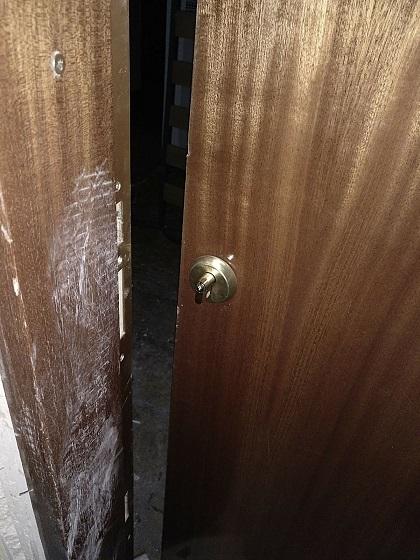 La policía Local, detiene a un hombre al tratar de okupar una vivienda en Coslada tras destrozar con una radial la puerta blindada.
