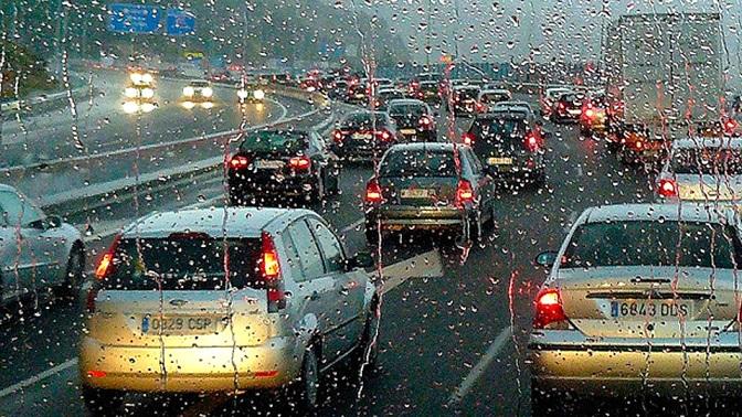 Una enorme tormenta causa 100 kilómetros de retenciones en la comunidad de Madrid.