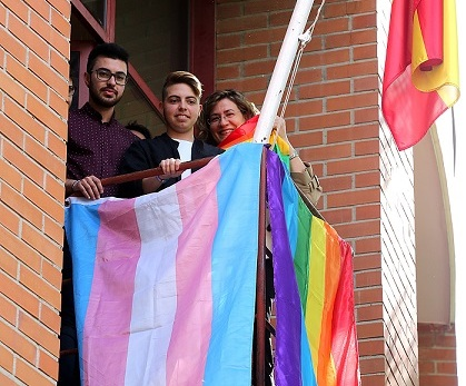 Coslada.-Comienza la II Semana del Orgullo LGTBI con la izada de la bandera Arcoíris y la lectura de un manifiesto por la igualdad.