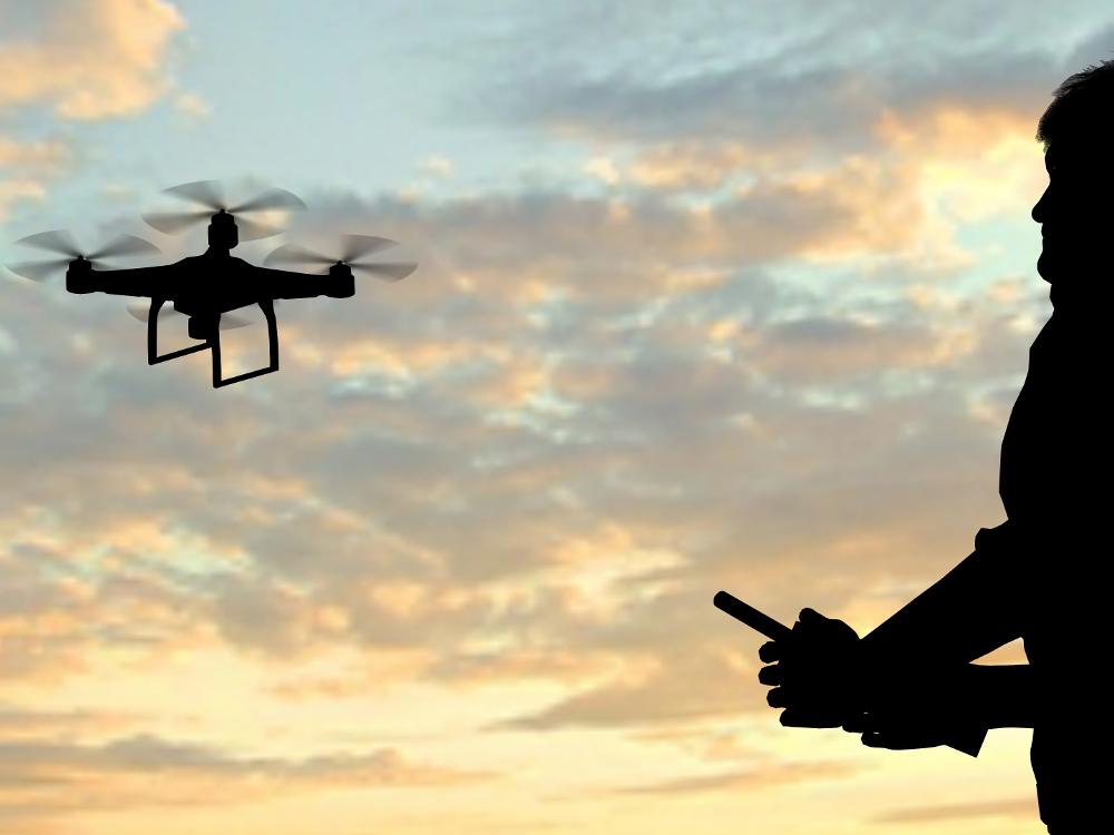 """Una decena de jóvenes de Coslada se forman en materia de pilotaje de drones. """"de calidad y con seguridad"""","""