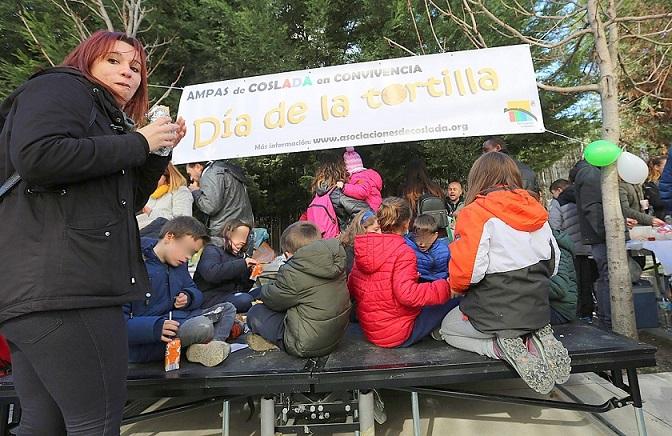 Coslada vuelve a celebrar el Día de la Tortilla con una masiva participación. Organizado por las AMPAS de los centros educativos.