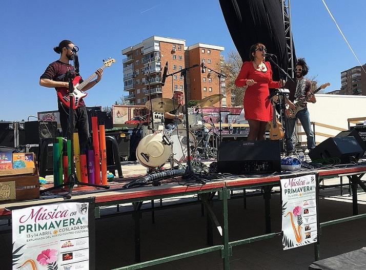 Los vecinos de Coslada, grandes y pequeños, disfrutaron en la plaza del nuevo Centro Cultural del primer festival 'Música en Primavera'.