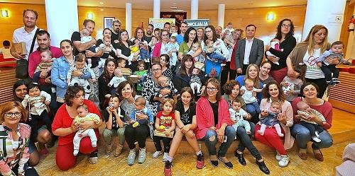 Los recién nacidos de Coslada reciben la 'cajita de bienvenida' a su ciudad.