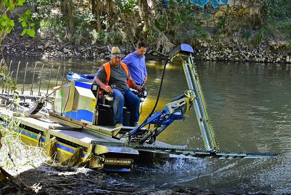El barco anfibio vuelve a realizar trabajos contra  los mosquitos en el río Henares a su paso por Torrejón de Ardoz.