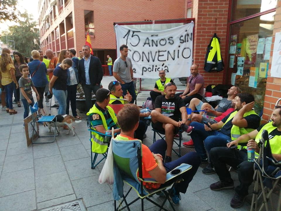 Continúan las protestas de los policías locales de Coslada, que se han revelado contra Alcalde del PSOE Ángel Viveros.