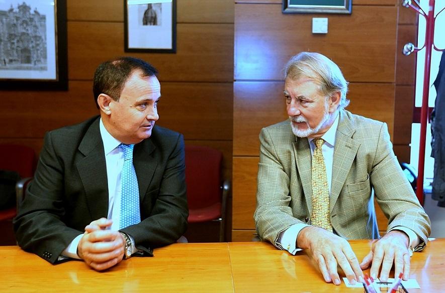 Reunión del alcalde de Coslada, Ángel Viveros, con el presidente de AEDHE, Jesús Martín.