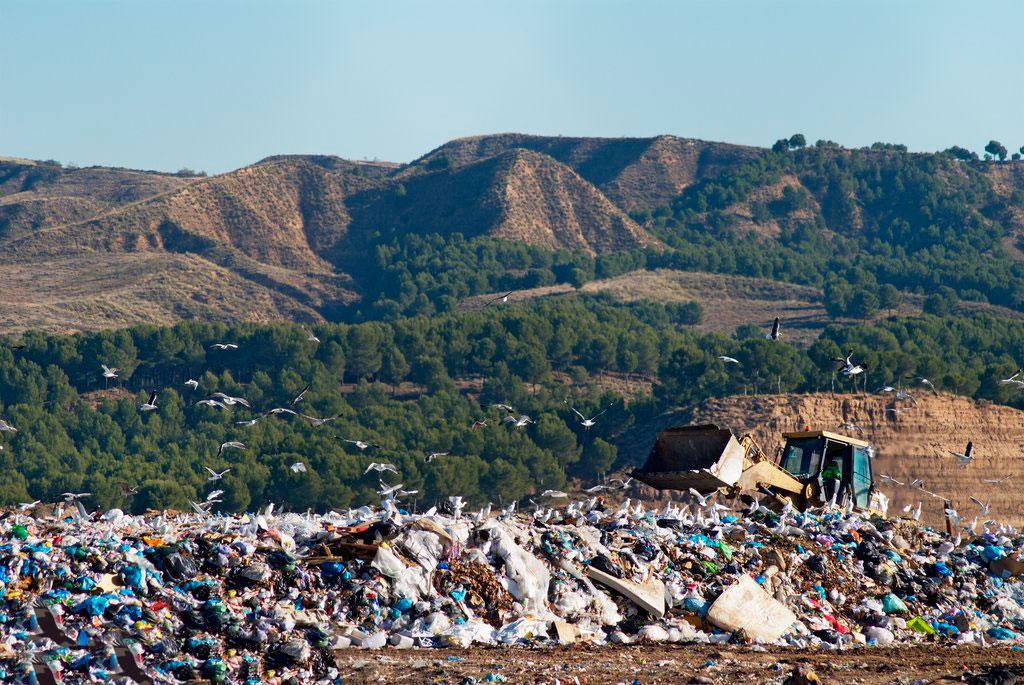 La Presidenta de la Comunidad de Madrid, Isabel Díaz Ayuso, media en la guerra de las basuras.