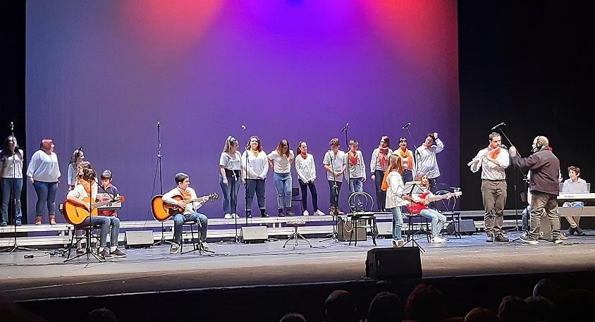 Más de 1.300 personas asisten a la I Gala de Villancicos de Coslada celebrada en el Teatro Municipal.