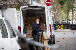 un-hombre-protegido-con-mascarilla-trabaja-de-repartidor-durante-el-noveno-dia-laborable-