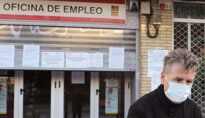 El empleo se hunde en abril y deja un récord histórico de 5,2 millones de españoles ya están en el Paro.