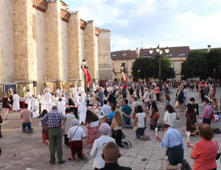 El día del Corpus Christi-2020 en Alcalá de Henares y exaltación de la Eucaristía en la Plaza de los Santos Niños