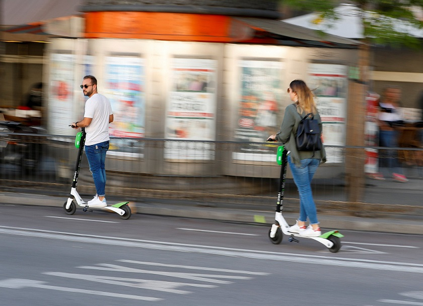 El Ayuntamiento de Alcalá avisa  que los patinetes eléctricos y las bicicletas no pueden circular por las aceras ni zonas peatonales.