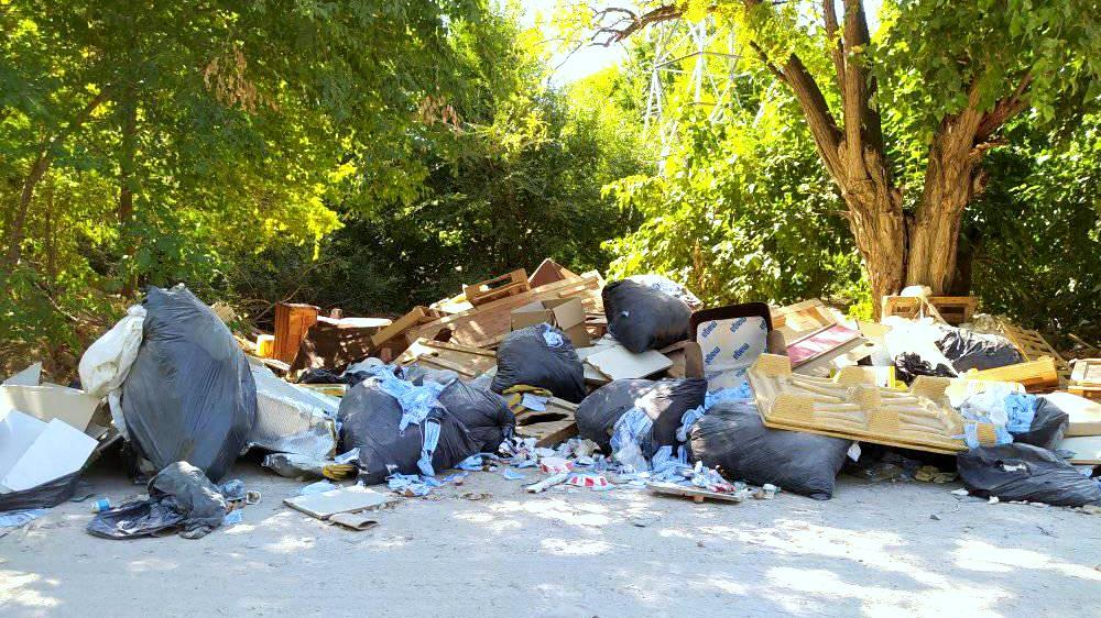 Retiran los sacos de Mascarillas usadas que habían sido vertidas al borde de un camino junto a la A-2.