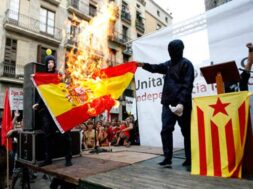 independentistas-queman-bandera