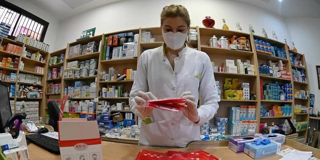 El Gobierno de Díaz Ayuso pondrá a disposición de los mayores de 65 años en las farmacias, dos NUEVAS mascarillas FFP2 gratuitas.