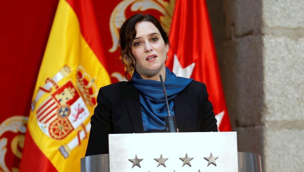 La Presidenta Díaz Ayuso quiere que los camareros se vacunen de forma preferente, anuncia el uso obligatorio de mascarilla en restaurantes, amplia a seis personas por mesa en terrazas y nuevos horarios.