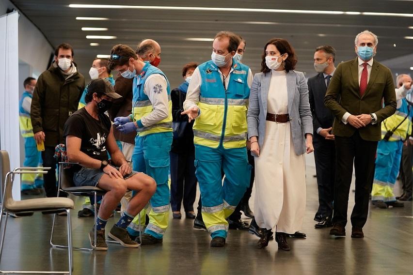 La Comunidad de Madrid ha comenzado a vacunar frente al COVID-19 a policías municipales, bomberos y personal de Protección Civil.