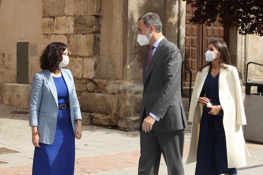 Ayuso asiste en Alcalá de Henares al homenaje del Instituto Cervantes por el Día Internacional del Libro presidido por los Reyes.