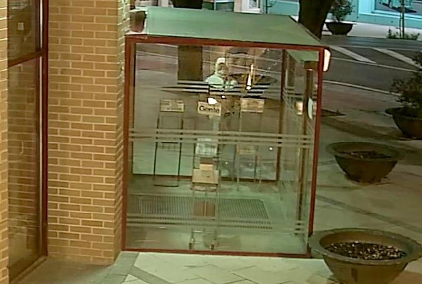localizado y detenido el autor del destrozo vandálico provocado en la entrada principal del Ayuntamiento de  Coslada.