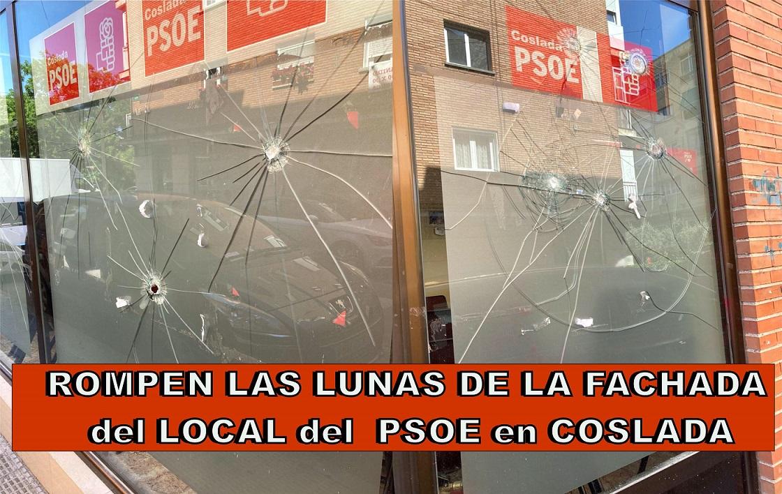 Rompen las lunas de la fachada en la sede del PSOE de Coslada.