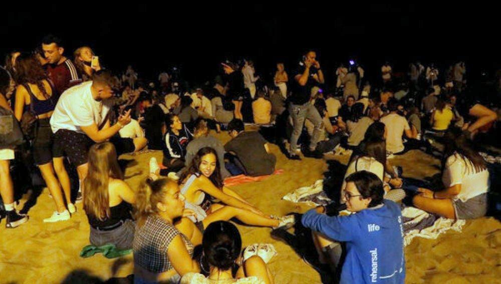 En la Playa de el Postiguet de Alicante: La Policía Nacional desaloja a unos140 jóvenes haciendo botellón sin mascarilla y sin distancia de seguridad