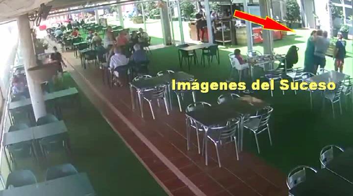 Dos policías Nacionales -fuera de servicio- salvan la vida con la maniobra 'Heimlich' a una mujer que se atragantó comiendo en Benidorm.